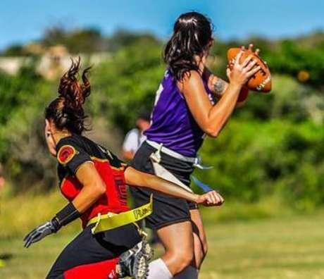 Popular também entre mulheres, no flag football não existem trackles (derrubadas). Para impedir a corrida do adversário deve-se tirar a fita amarrada na sua cintura