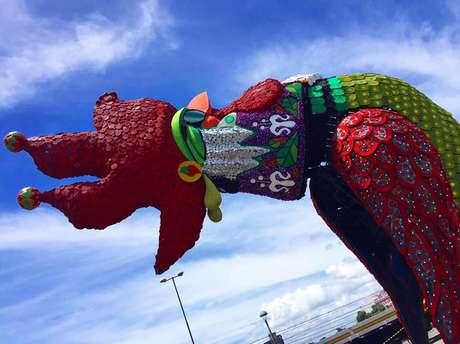 Em Recife, uma escultura do Galo da Madrugada, principal personagem da folia pernambucana, já foi montada na Ponte Duarte Coelho, de onde só deve sair ao final da terça-feira. O Carnaval 2016 homenageia Chico Science