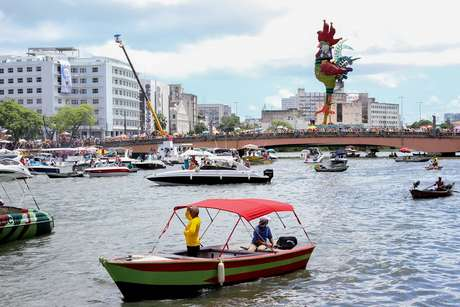 Dezenas de embarcações acompanham o desfile do Galo da Madrugada