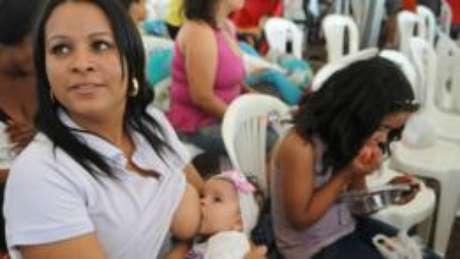 Médicos ainda investigam se leite materno pode transmitir zika vírus, mas não recomendam parar amamentação