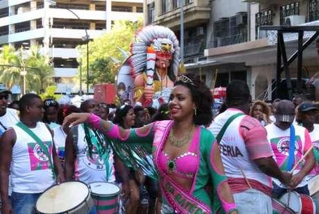 Blocos de rua tradicionais, como Cacique de Ramos e Bafo da Onça, entre outros, desfilam no centro do Rio e reclamam falta de apoio da prefeitura e da Riotur