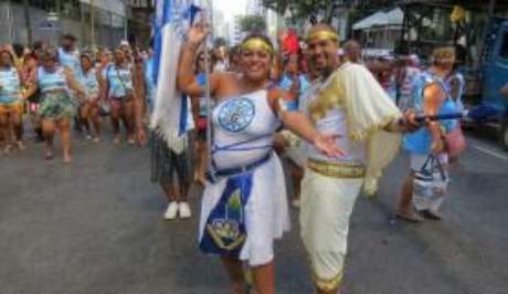 Blocos de rua tradicionais desfilam pelo centro do Rio