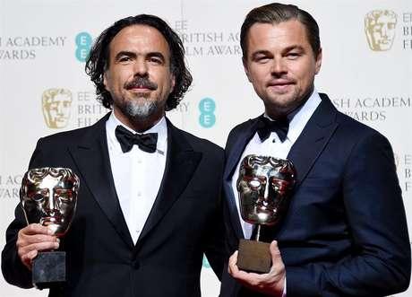 Alejandro Gonzalez Inarritu e Leonardo DiCaprio com seus prêmios de melhor diretor e ator pelo filme 'O Regresso'