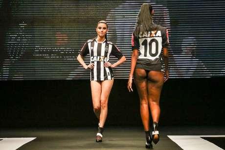 Lançamento dos uniformes da Dryworld para o Atlético-MG é chamado de 'sexista' nas redes sociais