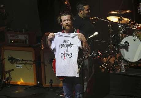 El vocalista Jesse Hughes recordó a las víctimas del Bataclan.