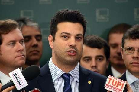 O deputado Leonardo Picciani fala à imprensa após protocolar documento para ser reconduzido à liderança do PMDB na Câmara