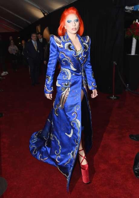 Lady Gaga ao passar pelo tapete vermelho do Grammy Awards. A artista usou Marc Jacobs na noite da premiação