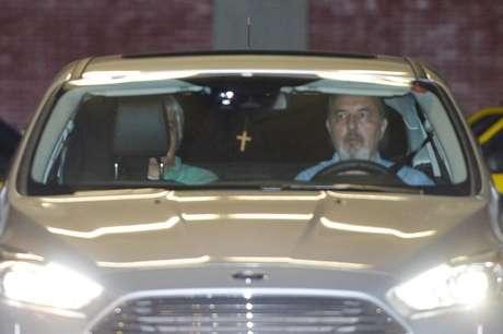 O senador Delcídio do Amaral deixa a prisão, no 1° Batalhão de Policiamento de Trânsito, e sai no banco de trás do carro