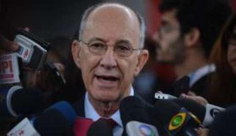 O presidente do PT, Rui Falcão, diz que pedido de prisão do publicitário João Santana não tem relação com partido