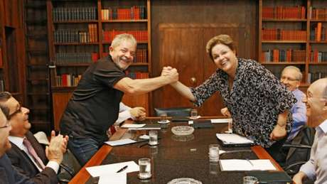 João Santana (à esquerda de Lula, em foto de 2014, em Brasília) ajudou a eleger cinco presidentes de esquerda na América Latina