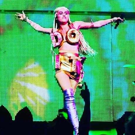 Em shows, a cantora veste pouca roupa, mas usa e abusa de outros elementos que ajudam a compor o cenário e transmitir o espírito de suas músicas