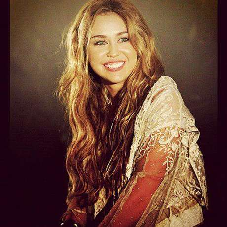 A bela entrou para o mundo da fama em 2001, aos 9 anos, mas ficou mais conhecida em 2006 por interpretar Miley Stewart/Hannah Montana na série da Disney Channel, Hannah Montana
