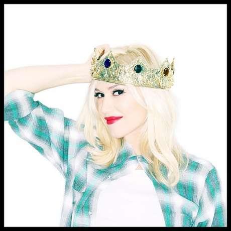 """Em 2014, Gwen Stefani deu à luz a seu terceiro filho com o também cantor Gavin Rossdale. Para anunciar o sexo do bebê aos fãs, postou a foto ao lado no Instagram com os dizeres: """"Eu estava pronta para entregar a coroa, mas eu acho que eu ainda sou a rainha da casa. #RodeadaPorMeninos #ÉumMenino"""""""