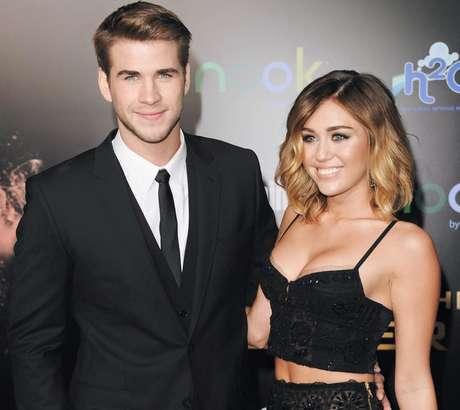 O noivo da artista também pareceu desconcertado e bem incomodado com o show da amada na premiação. Menos de dois meses após o VMA, Hermsworth rompeu o noivado com a estrela