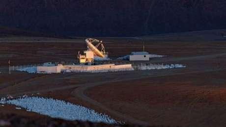 """Para captar as imagens os cientistas usaram o telescópio Apex, que fica no Chile, a uma altitude de 5.100 m, que conseguiu ampliar em quase quatro vezes os """"retratos"""" existentes da Via Láctea."""
