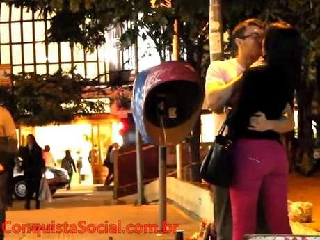 Luis Desiro beija mulher em vídeo do YouTube no qual ensina homens a pegar desconhecidas