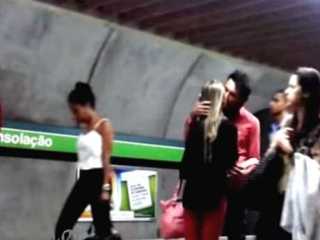 Homem beija mulher em estação do metrô de São Paulo para ensinar como pegar uma mulher desconhecida