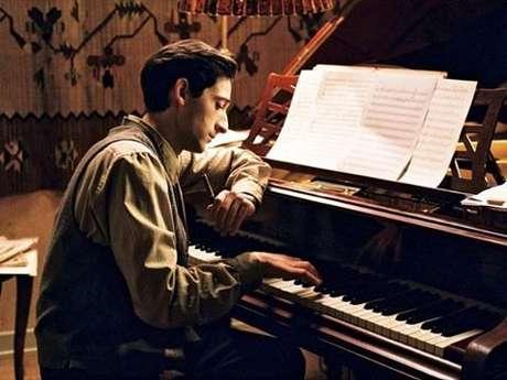 Para dar vida ao personagem real Wladyslaw Szpilman, Adrien Brody se submeteu a uma profunda preparação. Além de perder cerca de 15 kg, ele também aprendeu a tocar peças de Chopin no piano