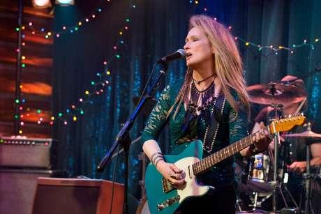 Meryl Streep surpreendeu ao aparecer em cena tocando baixo e guitarra. O desafio foi grande. Foi preciso meses de concentração para aprender a tocar direitinho e fazer bonito no filme