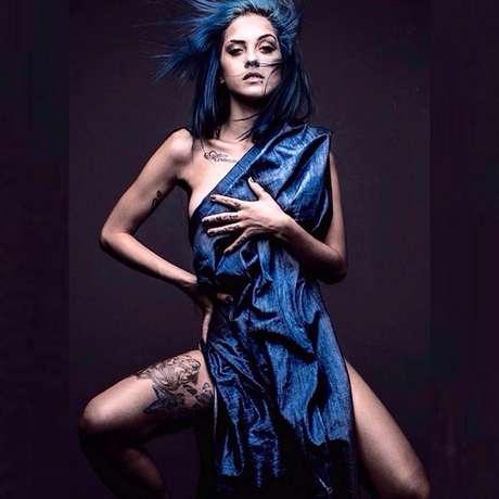 A musa de cabelo azul desmistifica o preconceito sobre mulheres no funk com músicas que reivindicam os direitos femininos
