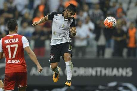 Guilherme cabeceia para o gol e tira o zero do placar