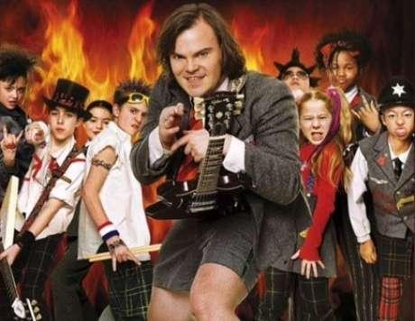 Jack Black vive Dewey Finn, um cantor e guitarrista de rock que se passa por professor substituto em uma escola americana tradicional em Escola do Rock