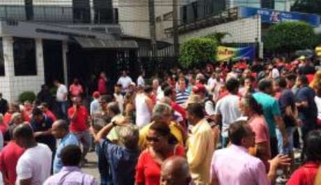 Em frente ao prédio de Lula, manifestantes apoiam o ex-presidente