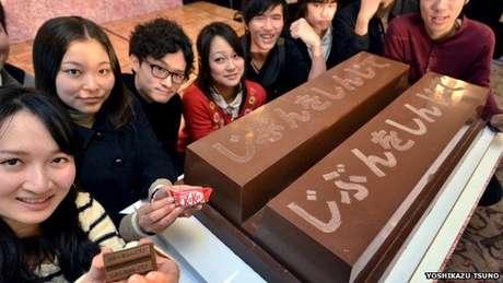 A pronúncia do japonês para o chocolate, 'kitto katto', se assemelha ao som da expressão 'certamente vencedor'