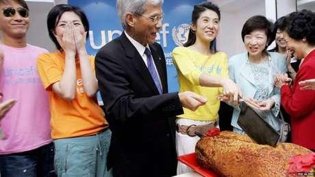 Cortar um porco assado no meio faz parte das muitas cerimônias em Hong Kong