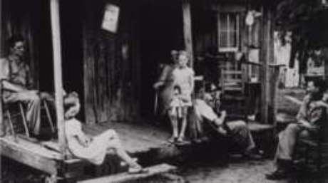 Foto mostra família do sul dos EUA exposta a picadas do mosquito no início do século passado