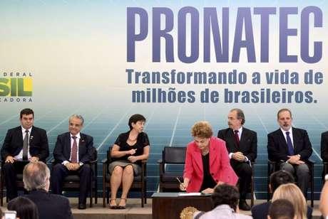 A Presidente Dilma Rousseff, durante a solenidade no Planalto, sobre medidas de fortalecimento para a formação técnica e profissional