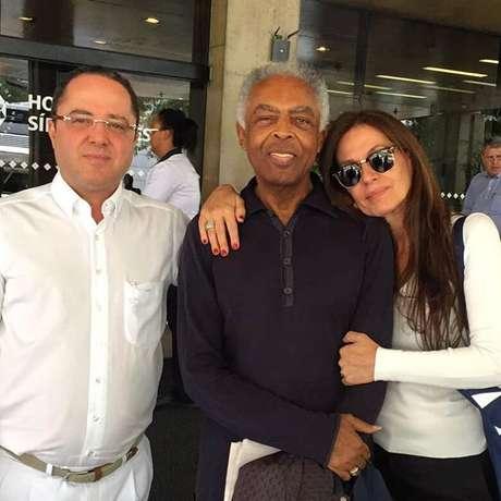 Roberto Kalil Filho, Gilberto Gil e Flora Gil saindo do Hospital Sírio-Libanês