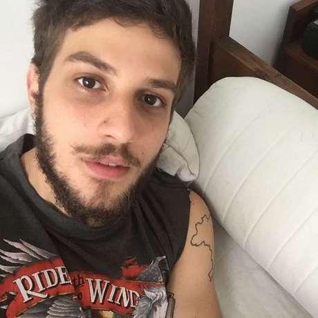 No início de fevereiro, o cantor surpreendeu as fãs ao compartilhar uma foto bem diferente em seu Instagram. O galã estava com a barba bem maior, penteado diferente e cabelo mais curto