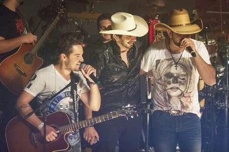 Quando Loubet convidou a dupla Fernando & Sorocaba para subir ao palco, o pessoal se animou ainda mais. Juntos, os três cantaram um dos hits do momento – Vira Lata