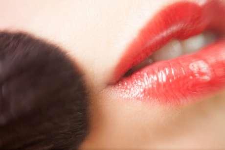 Blush em tom terroso combina com o bocão vermelho.