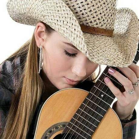 Com três discos no currículo, mais um milhão e meio de visualizações no Youtube e cerca de 72 mil seguidores nas redes sociais, a bela cantora agora investe na gravação do primeiro DVD de sua carreira