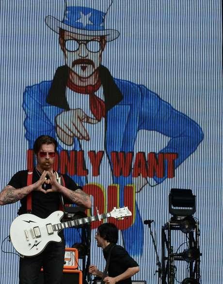 Vocalista da banda Eagles of Death Metal fez gestos e comentários picantes aos fãs