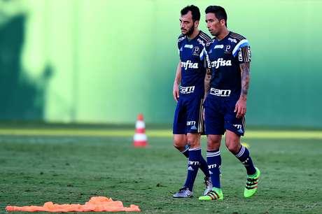 Edu Dracena e e o paraguaio Lucas Barrios, jogadores do Palmeiras, durante treino na Academia de Futebol da Barra Funda.