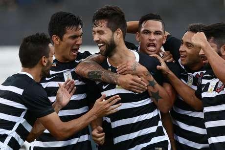 Felipe, jogador do Corinthians, comemora seu gol durante a partida contra o Botafogo-SP, válida pela nona rodada do Campeonato Paulista 2016