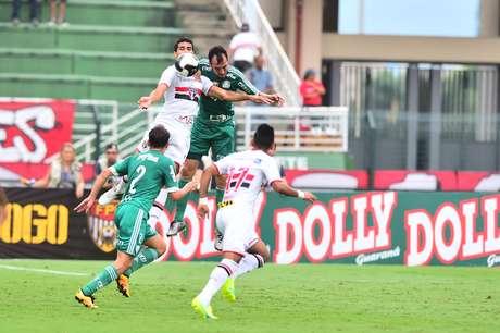 Edu Dracena, no alto, jogador do Palmeiras, e Alan Kardec, do São Paulo FC, durante partida válida pela nona rodada da primeira fase do Campeonato Paulista 2016.