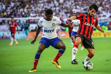 Tiago Real (D), jogador do Vitória, durante partida contra o Bahia, válida pela sexta rodada da primeira fase do Campeonato Baiano 2016