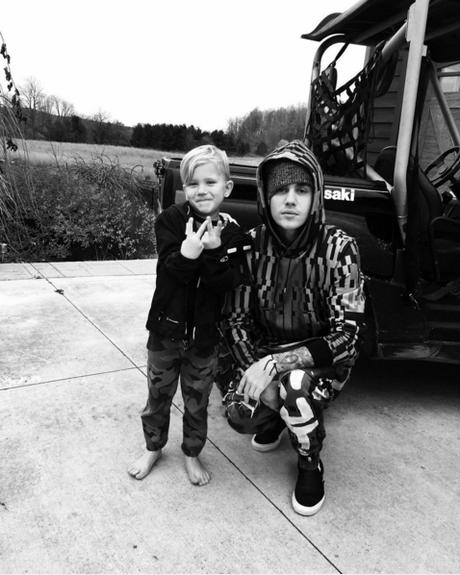 Seu irmão, Jaxon é figurinha carimbada em seu Instagram. O mini Justin, de 6 anos, adora imitar o irmão mais velho e chama atenção pela semelhança física