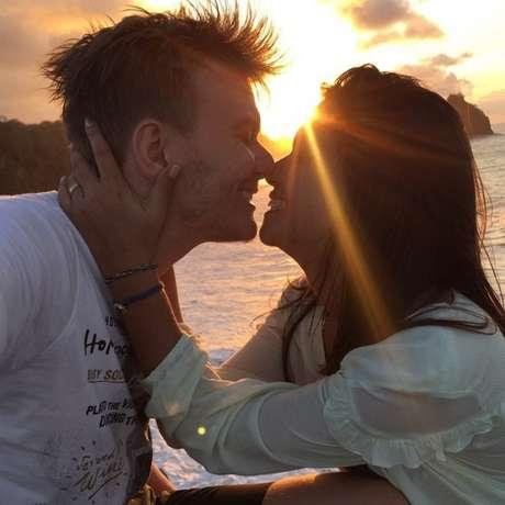 Em 2013, o cantor fez a primeira música para sua amada. Intitulada Aconteceu, a canção é uma homenagem à história e ao amor dos dois