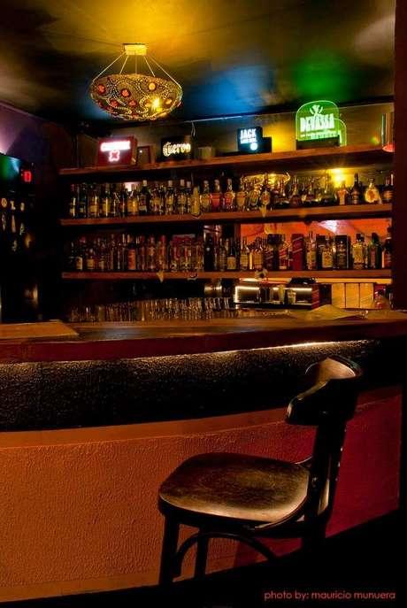 Com um clima descontraído e intimista, no piso inferior do local encontra-se o bar, ideal para comemorar aniversários, com uma música que possibilita a conversa entre os convidados e cadeiras aconchegantes