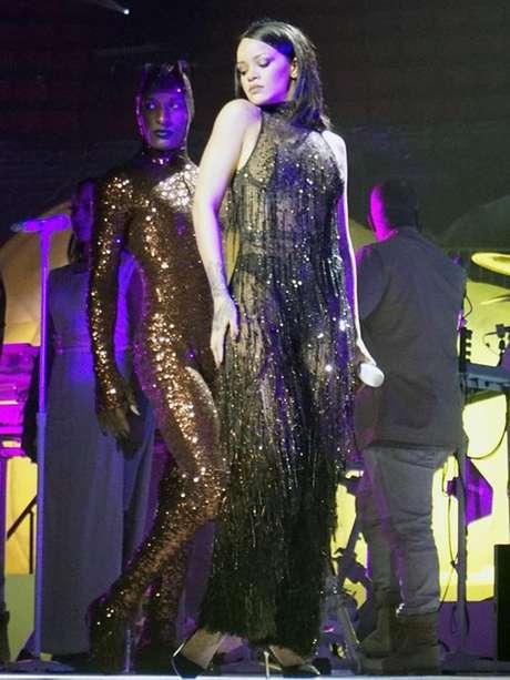 El sujetador es una prenda que parece incomodarle a la estrella en sus presentaciones en vivo.
