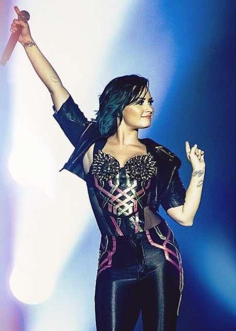 Em Demi Lovato, o azul fica mais escuro