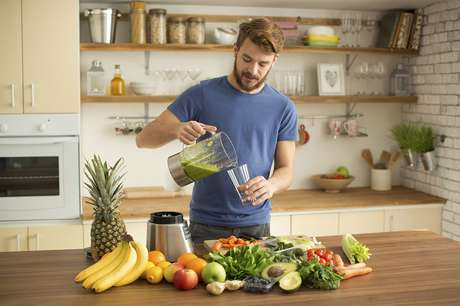 Mais que misturar sucos esquisitos, invista na alimentação saudável.