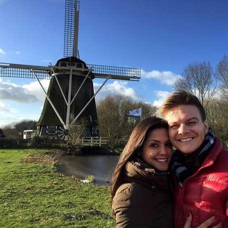 No início do ano passado, o casal escolheu a Europa como destino. Na foto, os dois estão na frente de um moinho de vento, um dos ícones mais conhecidos da Holanda