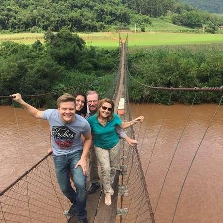 Logo depois da viagem ao exterior, Teló levou Thais para conhecer um pouco mais sobre o lugar onde seus pais nasceram e cresceram, a chamada Barra do Zeferino, no Rio Grande do Sul