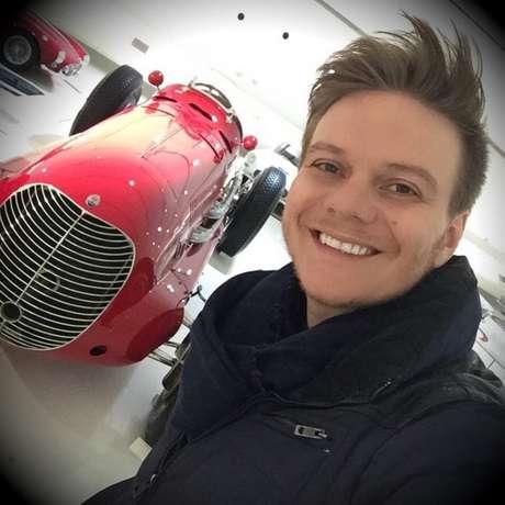 Durante seu tour pela Europa, o cantor visitou o Museu Enzo Ferrari, em Modena, na Itália, e aproveitou para tirar uma foto ao lado de um dos modelos de carros expostos por lá